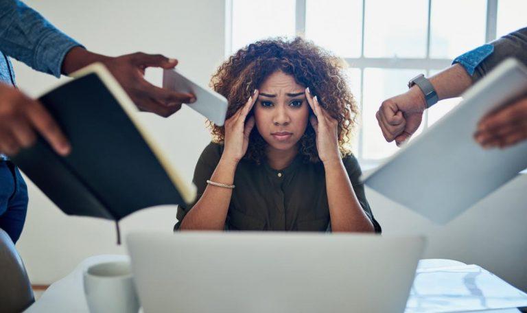 استرس شدید زن در کار